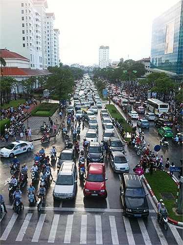 Các phương tiện nối dài, di chuyển khó khăn trên phố Đào Tấn.
