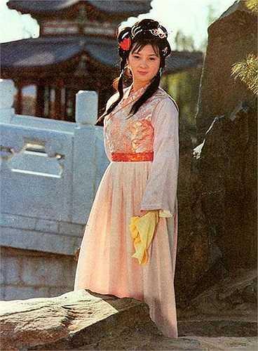 Giả Tích Xuân (Hồ Trạch Hồng) vốn là tiểu thư khuê các của Ninh phủ. Nàng không có tài thơ phú nhưng am hiểu đạo Phật và luôn giữ bản thân mình trong sáng, thanh tịnh.
