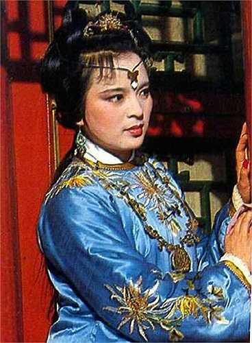 Giả Thám Xuân (Đông Phương Văn Dĩnh) là một tiểu thư thông minh và khôn ngoan sắc sảo không kém Mợ Hai Vương Hy Phượng.