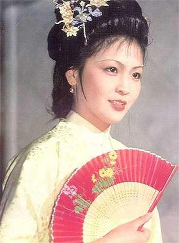 Nếu Thám Xuân khôn ngoan thì Giả Nghênh Xuân (Kim Lợi Lợi) lại là một cô gái yếu đuối, rụt rè, nhu nhược và mềm yếu. Chính vì thế, nàng đã qua đời sau một năm được gả cho Tôn Thiệu Tổ - một võ quan vũ phu.