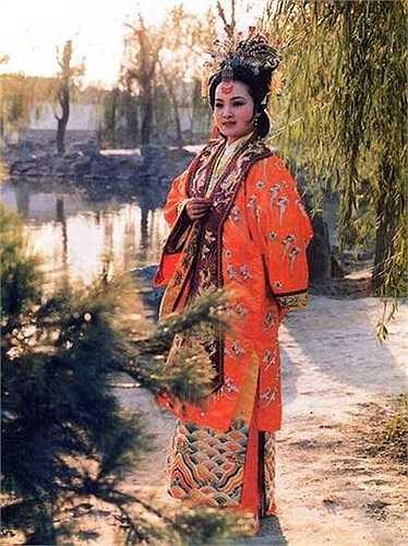 Giả Nguyên Xuân (Thành Mai) là chị cả trong Giả phủ Tứ Xuân và được tuyển vào cung làm nữ sử và được phong chức Hiển Đức Phi.