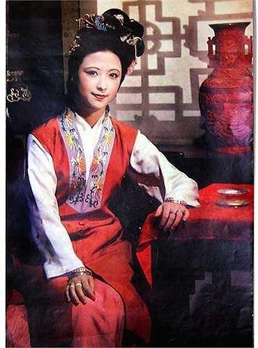 Vưu Nhị Thư (Trương Minh Minh) có nhan sắc xinh đẹp nhưng tính tình lại lẳng lơ và tư thông với anh rể Giả Trân.