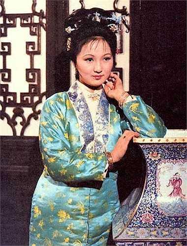 Bình Nhi (Thẩm Lâm) là một cô gái có tính cách hiền dịu và xinh đẹp. Nàng còn là nàng hầu và là cánh tay phải đắc lực của Vương Hy Phượng.