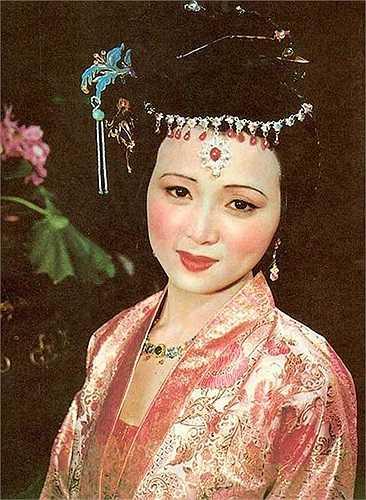 Tần Khả Khanh (Trương Lôi) có vẻ đẹp đoan trang, đằm thắm nhưng có nhiều mối quan hệ rất phức tạp.  Theo 24h