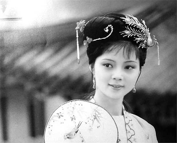 Nếu cuộc đời của 'em Lâm' – Trần Hiểu Húc đầy bi ai thì cuộc sống của Trương Lợi khá 'suôn sẻ'. Xấp xỉ tuổi 50, song vẻ đẹp của nàng tiểu thư họ Tiết ngày nào vẫn còn vẹn nguyên.