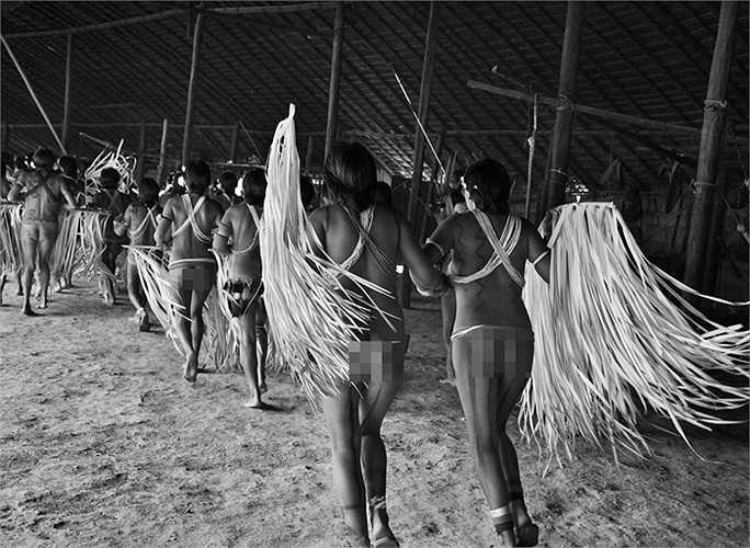Các phụ nữ nhảy múa với những lá cọ được tước nhỏ trong một đám tang