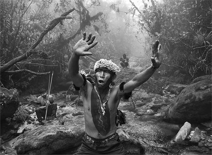 Những thổ dân làm lễ trước khi lên đường đi săn