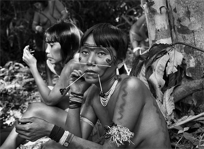 Những người phụ nữ trong bộ lạc trang trí bằng sơn và các loại khuyên