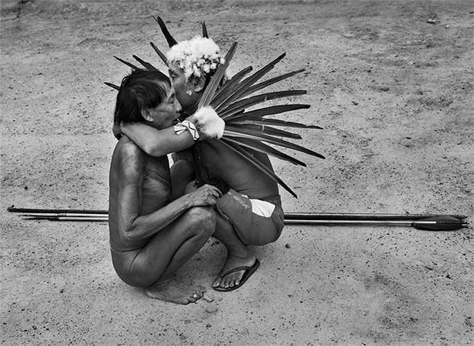 Đàn ông Yanomami giải quyết mâu thuẫn bằng những cuộc nói chuyện như trong ảnh