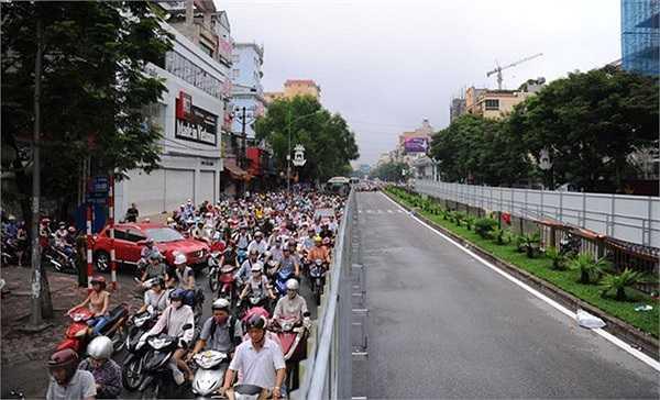 Sau ngày nghỉ lễ 2/9, đúng giờ cao điểm lực lượng chức năng cấm ôtô vào đường Cầu Giấy đoạn giao với phố Chùa Hà và Trần Đăng Ninh (quận Cầu Giấy, Hà Nội) khiến giao thông ùn tắc kéo dài.