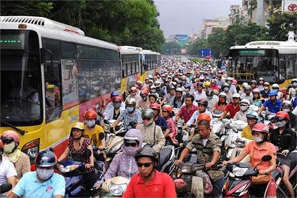 Lực lượng chức năng tạo thành hàng rào tại ngã ba Trần Đăng Ninh - Cầu Giấy để hướng dẫn giao thông. Từ đây, chỉ xe buýt và xe máy được đi vào.