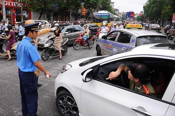 Một số chủ ôtô ngỡ ngàng trước lệnh cấm vào giờ cao điểm sáng nay.