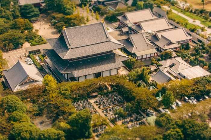 Đền Zojo-Ji ở Shiba bị ống kính làm cho như nhỏ lại