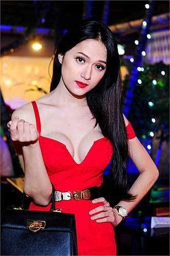 Nhưng ngay lập tức Trang Khàn, một thí sinh trong gameshow này đã lên tiếng tố Hương Giang được ban tổ chức thiên vị.