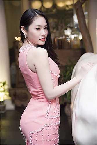 Có vẻ như ông bầu Khắc Tiệp đang muốn đánh bóng hình ảnh sexy của Linh Chi hơn khi liên tiếp cho người mẫu này đọ dáng bên cạnh Ngọc Trinh.