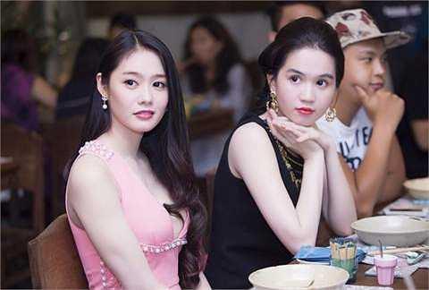 Ông bầu Khắc Tiệp liên tục cho 2 nữ người mẫu xuất hiện bên cạnh nhau.
