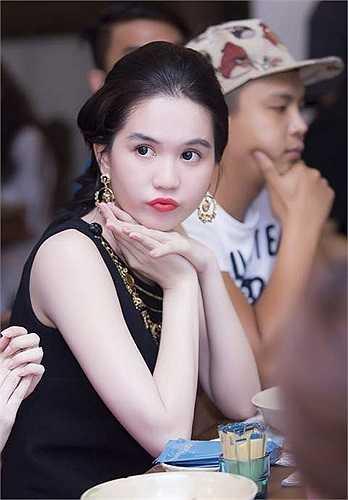 Linh Chi tự tin với phong cách sexy của mình.