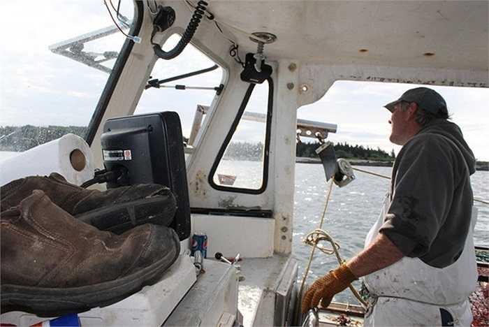 Tới khoảng 6h, thuyền trưởng Craig bắt đầu xác định vị trí để đặt bẫy tôm.