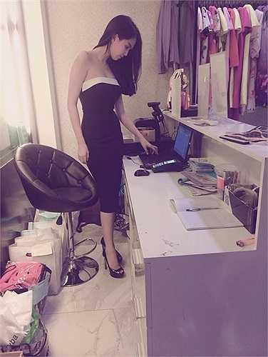 Là bà chủ một chuỗi cửa hàng thời trang, Ngọc Trinh luôn bận rộn tính toán để có thể kinh doanh có lãi.