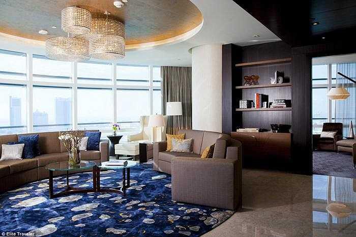Cửa sổ cuốn mở rộng cho phép khách ngắm cảnh Abu Dhabi ấn tượng từ mọi phòng.
