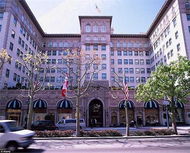 Phòng Tổng thống - khách sạn Beverly Wilshire - Beverly Hills: Phòng này vừa được nâng cấp với 2 phòng ngủ, 1 phòng khách, 1 phòng ăn, 1 văn phòng trên diện tích gần 300m2. Giá thuê 9.048 bảng/đêm (gần 316 triệu đồng).