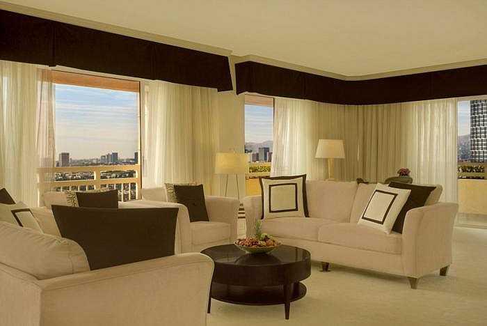 Phòng Hoàng gia - khách sạn InterContinental Los Angeles Century City: Đây là nơi yêu thích của hoàng gia Ả rập Saudi và nhiều diễn viên, nhạc sĩ. Nếu thuê trọn tầng 17, khách được đi thang máy riêng. Giá thuê 4.825 bảng/đêm (hơn 168 triệu đồng).