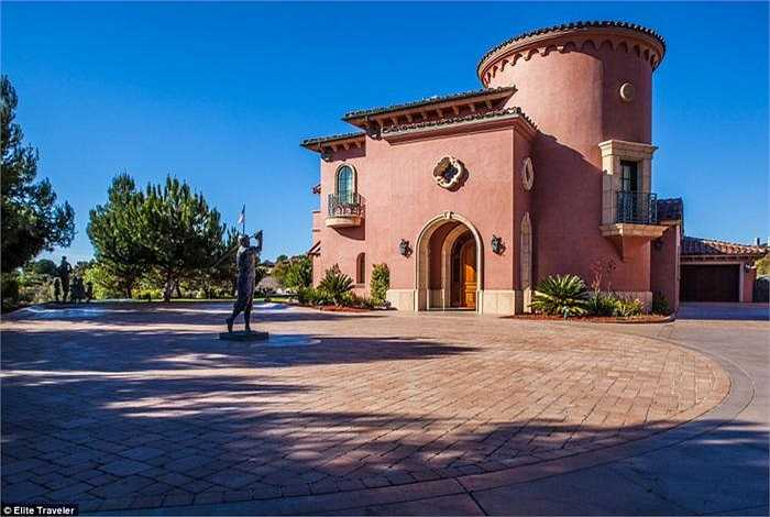 Biệt thự M - The Grand Del Mar - San Diego: Gồm 5 phòng ngủ, biệt thự này cũng được thiết kế để trở thành không gian sống thoải mái và tiện nghi nhất dành cho khách VIP. Giá thuê 5.428 bảng/đêm (hơn 189 triệu đồng).
