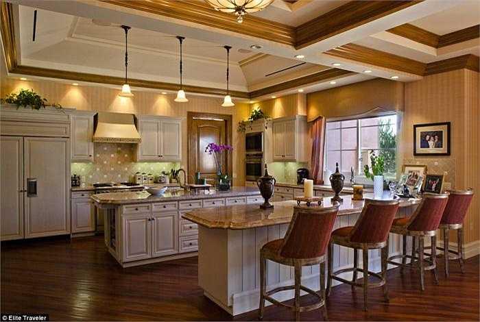 Diện tích lớn giúp khách tận hưởng không gian rộng rãi, thoáng mát. Trong hình là gian bếp và quầy bar với tông màu vô cùng tao nhã.