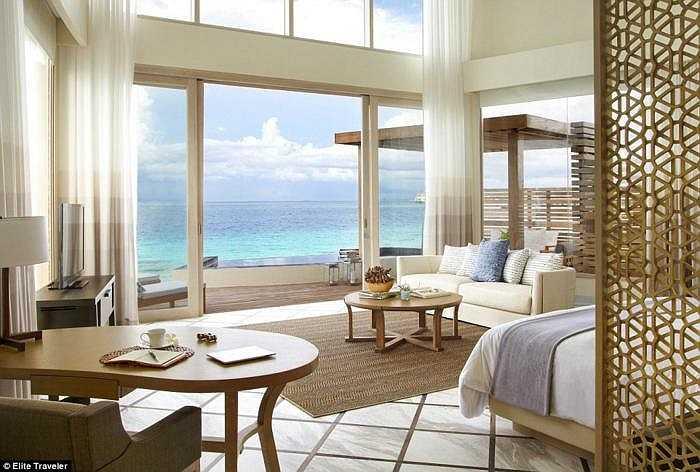 Khách có thể tận hưởng không gian thoáng mát tuyệt vời bên trong căn phòng có cửa sổ nối dài từ trần tới sàn nhà hoặc ngâm mình trong bồn tắm nước nóng trong khu vườn riêng.