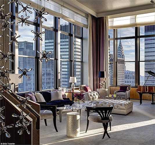 Phòng Jewel - khách sạn The New York Palace: Nội thất xa xỉ của căn phòng do chuyên gia trang sức Martin Katz.đảm nhiệm, với giấy dán tường đính kim cương và ngọn đèn chùm hình thác nước cũng làm từ kim cương dài hơn 6m.