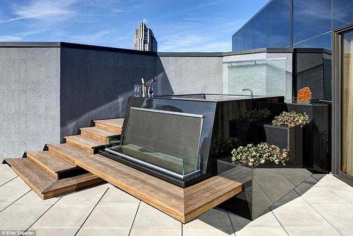 Khi về, khách còn nhận được quà tặng là một chiếc nhẫn kim cương mini Martin Katz. Giá nghỉ đêm tại phòng lên tới 15.081 bảng (hơn 526 triệu đồng). Trong ảnh là bể tắm nước nóng trên mái.
