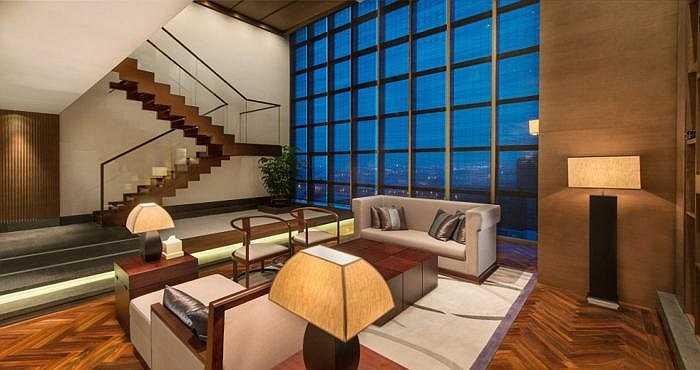 Phòng Chủ tịch - khách sạn Jumeirah Himalayas Thượng Hải, Chairman Suite: Cửa sổ kính kéo dái từ trần xuống nền nhà cho phép khách thưởng ngoạn đường chân trời Thượng Hải. Giá thuê 902 bảng/đêm (gần 35 triệu đồng).