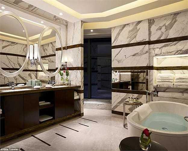 Phòng Tổng thống - khách sạn Kempinski - Trung Quốc: Phòng VIP được thiết kế dựa trên quan niệm về ngũ hành (Kim, Mộc, Thủy, Hỏa, Thổ). Trong hình là phòng tắm với yếu tố Thủy được nhấn mạnh cùng tông màu đen trắng.