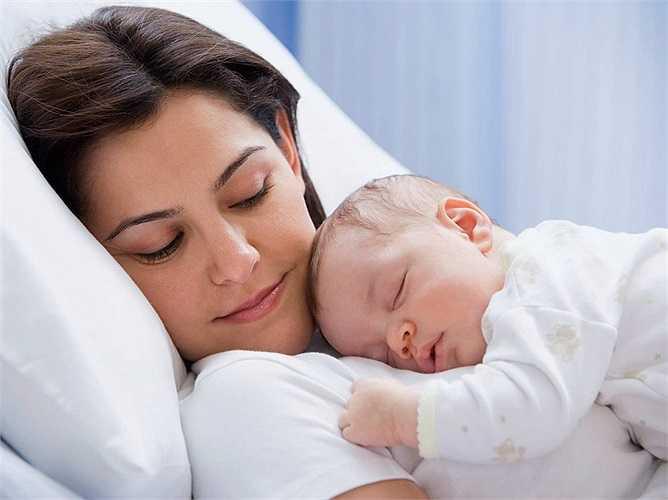 Nuôi con nhỏ: Sau khi sinh con lượng hormone trong cơ thể của người phụ nữ cũng thay đổi thất thường. Trong quá trình nuôi con bằng sữa mẹ, cơ thể sẽ tiết ra hormone prolactin, giúp kích thích cơ thể tiết ra nhiều sữa nhưng lại làm giảm ham muốn tình dục của chị em.