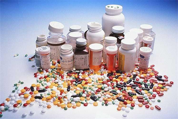 Sử dụng thuốc: Một số loại thuốc có thể gây hại cho chuyện 'yêu' như thuốc chống trầm cảm, thuốc có chứa chất lithium, benzodiazephine, thuốc trị bệnh về tim mạch, hạ mỡ máu… Đối với nam giới, những loại thuốc được sử dụng để điều trị ung thư tuyến tiền liệt cũng làm giảm mức testosterone trong cơ thể.