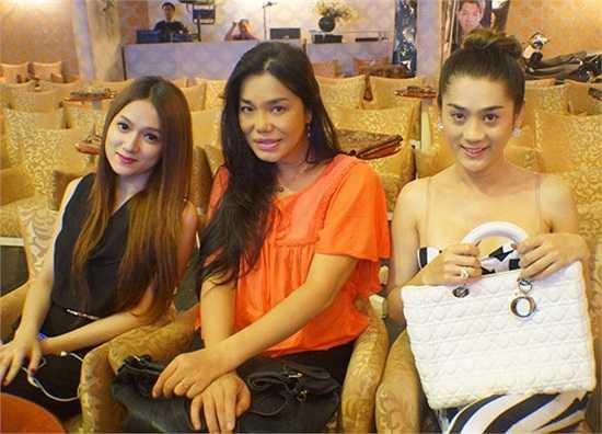Lâm Chi Khanh và Hương Giang Idol cùng ca sĩ Cindy Thái Tài  có dịp hội tụ trong một sự kiện ca nhạc.  (Theo 2Sao)