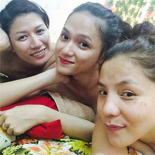Một bức ảnh chụp 'tự sướng' của Hương Giang với Kiwi Ngô MaiTrang và Trang Trần.