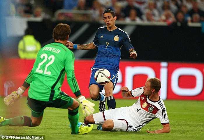Sau khi hoàn tất cú hat-trick kiến tạo, Di Maria tự mình nâng tỷ số lên 4-0