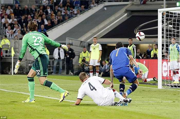 Cựu cầu thủ của Real Madrid thoát xuống rất nhanh bên cánh phải, trước khi vẩy bóng kỹ thuật qua tầm cản phá của thủ thành ĐT Đức