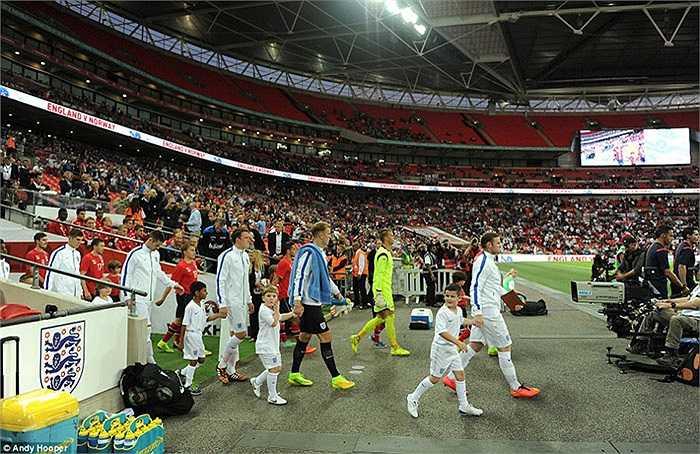 Gần như trùng thời điểm Di Maria ra sân, Rooney cũng dẫn đầu ĐT Anh đón tiếp các vị khách Nauy