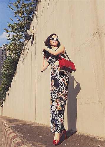 Dù diện trang phục già hơn tuổi, nhưng Angela Phương Trinh vẫn rất xinh đẹp.