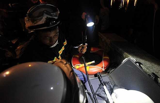 Sau khi vụ việc xảy ra được 15 phút, lực lượng Cảnh sát PCCC số 2 Công an Hà Nội đã điều đội cứu nạn cứu hộ với 50 người bao gồm Cảnh sát 113 quận Đống Đa, Công an phường Nam Đồng và Ban chỉ huy quân sự phường đến tìm kiếm.