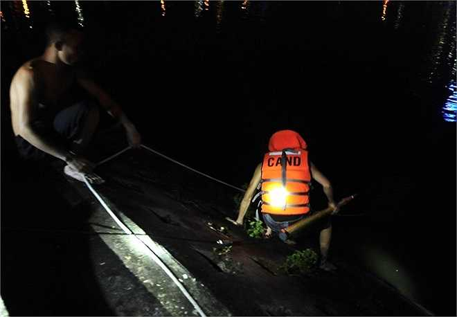 Thượng tá Đỗ Văn Cường, chỉ huy lực lượng cứu hộ cho biết, khoảng 10 chiến sĩ lặn xuống hồ để tìm kiếm.