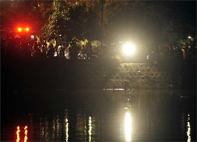 Ông Nguyễn Hồng Anh, phó Ban chỉ huy quân sự phường Nam Đồng cho biết, hồ mới được cải tạo nạo vét năm 2012, sát mép hồ có thể đứng được nhưng ở đoạn giữa có nhiều chỗ sâu hơn 15m.
