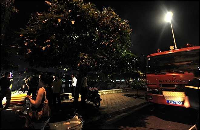Hai xe cứu hỏa có đèn cao áp được điều động và chiếu sáng rực lòng hồ.