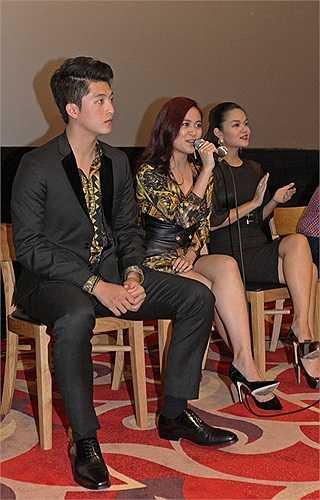 Khi biết Phạm Quỳnh Anh và Hoàng Thùy Linh là ca sỹ tại Việt Nam, khán giả Hàn Quốc đã yêu cầu 2 nữ ca sỹ hát một đoạn ngắn.