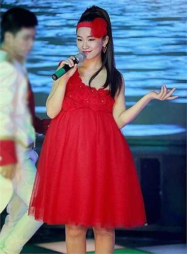 Bộ đầm màu đỏ rực rỡ có phong cách trẻ trung, xì tin, được mặc định là dành cho lứa tuổi mới lớn hoàn toàn không phù hợp vóc dáng của nữ ca sỹ 30 tuổi. Phụ kiện băng đô cài đầu đã cho thấy gu thời trang ngày càng đi xuống của Lương Bích Hữu.