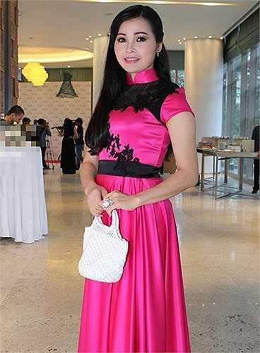 Tham dự sự kiện với váy có tông màu và họa tiết, phụ kiện đi kèm lỗi mốt khiến bà mẹ 4 con Trang Nhung nhận phải những ý kiến chê bai về gu thẩm mỹ sến sẩm. Thời gian gần đây, Trang Nhung cũng là nữ ca sỹ giữ kỉ lục lọt nhóm sao mặc xấu của nhiều tuần liền.  (Theo Zing)