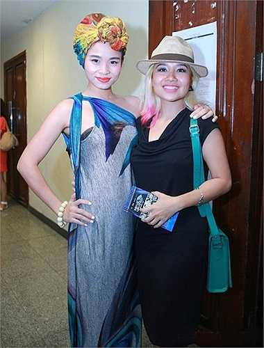 Nữ ca sỹ Đồng Lan diện trang phục táo bạo và độc lạ khi dự một sự kiện âm nhạc diễn ra vào đầu tháng 8. Trang phục rối mắt về màu sắc và kiểu cách của nữ ca sỹ The Voice nhận phải đánh giá là thảm họa thời trang.