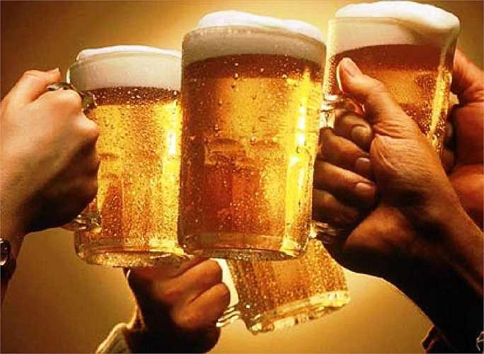 Bia rượu: Thói quen uống nhiều bia rượu có tác hại làm giảm chất lượng và sức sống của tinh trùng, nguy cơ vô cơ và gây nhiều căn bệnh khác cho 'cậu bé'.